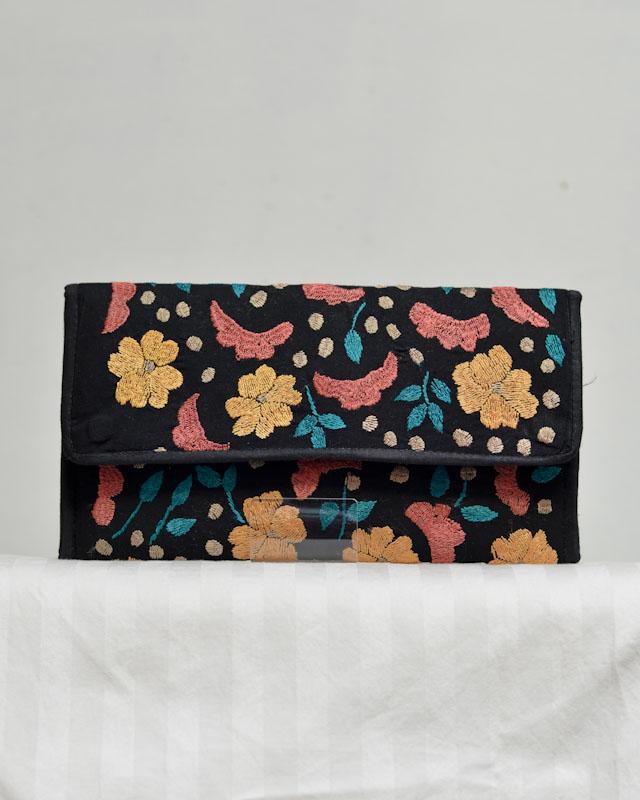 刺繍のクラッチバッグ